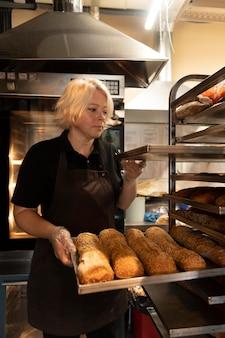 Close no chef confeiteiro preparando comida