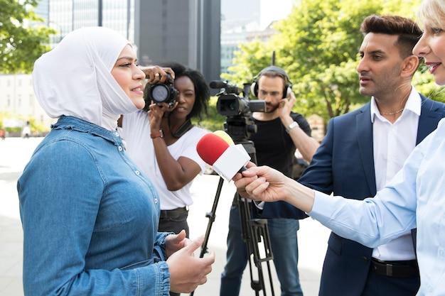 Close no entrevistado com microfone fazendo declarações