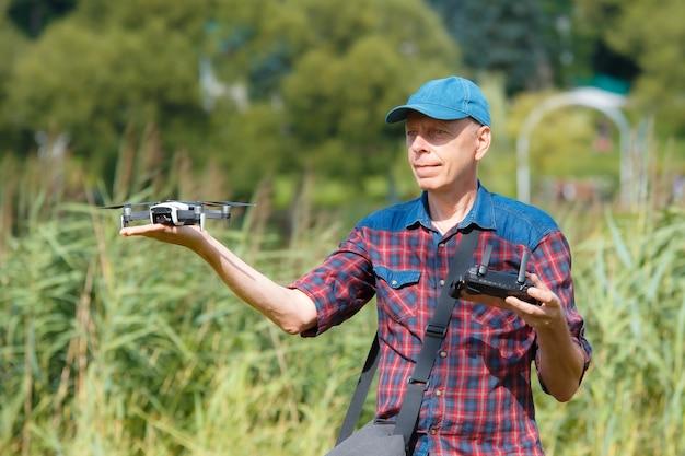 Close no homem lançando um drone de sua mão