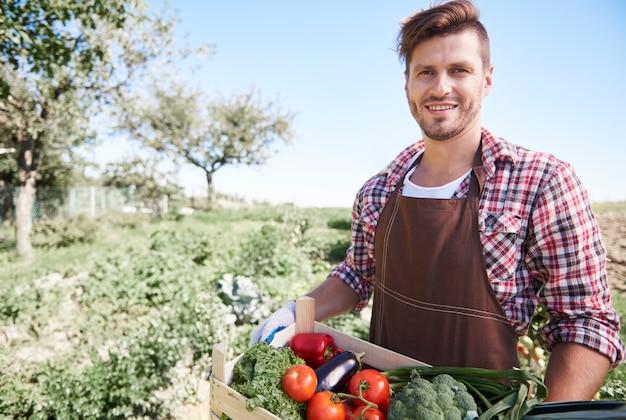 Close no homem vendendo safras de seu jardim