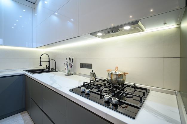 Close no interior luxuoso da cozinha cinza moderna