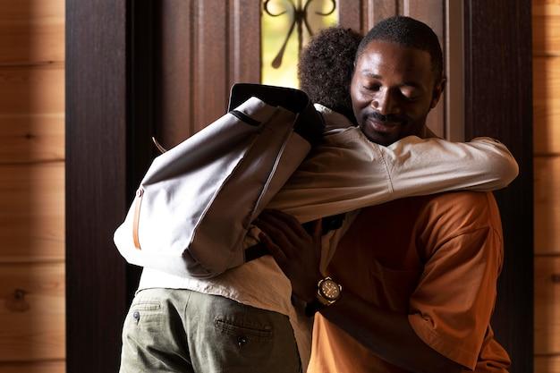 Close no pai preparando seu filho para a escola