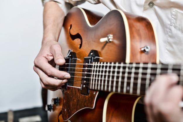Close nos dedos do guitarrista