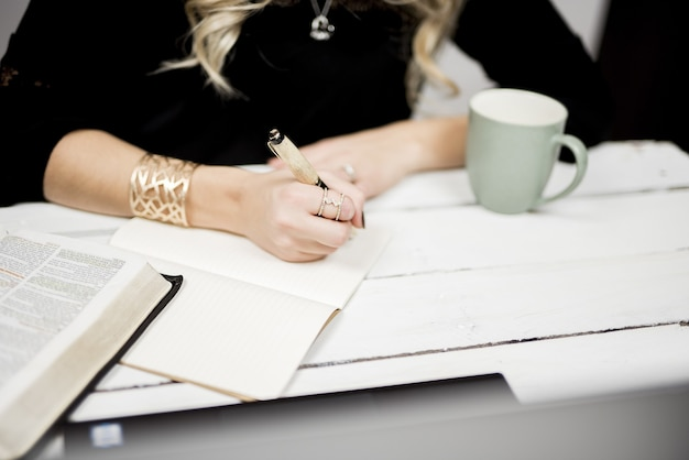 Close seletivo de uma pessoa fazendo anotações em um livro