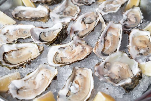 Close-up aberto de concha de ostra para jantar, comida de rua, frutos do mar