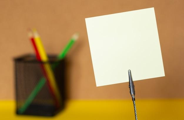 Close-up, adesivos e lápis de cor sobre um fundo borrado de cortiça, copie o espaço
