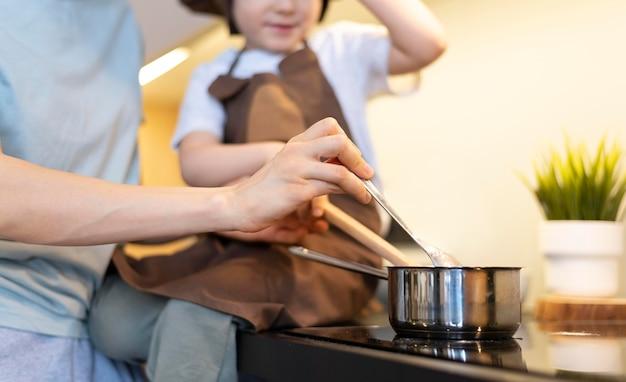 Close-up adulto e criança cozinhando