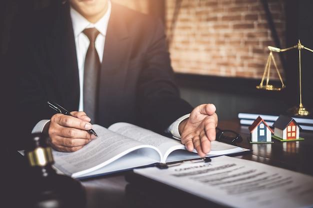 Close-up advogado empresário trabalhando apontando
