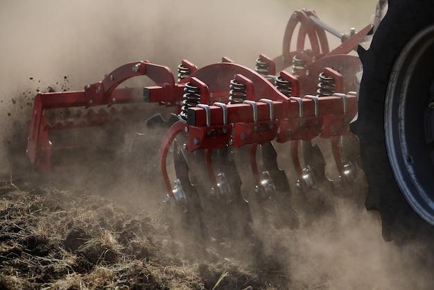 Close-up agrícola do arado na terra, maquinaria agrícola.