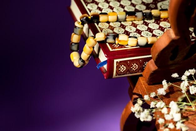Close-up alcorão com contas de oração