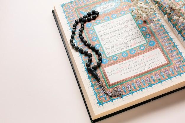Close-up alcorão e arranjo de contas de oração