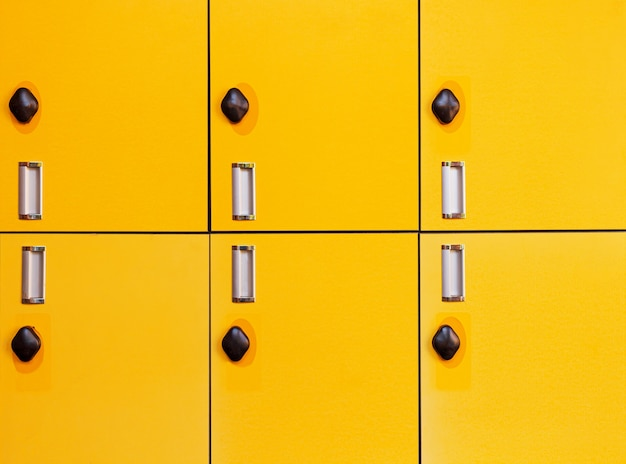 Close-up amarelo várias fileiras de armários na fábrica