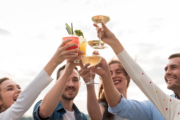 Close-up amigos brindando em uma festa