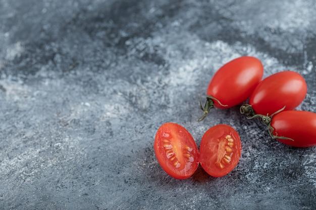 Close up amish colar tomates meio cortados ou inteiros. foto de alta qualidade