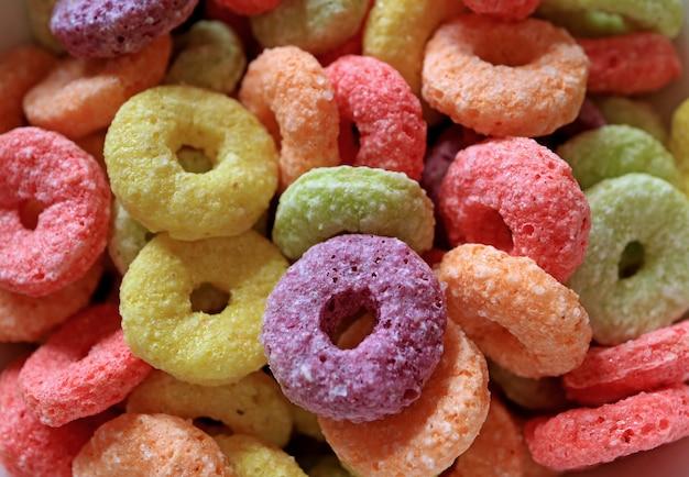 Close-up anel açucarado colorido em forma de cereal com sabor de frutas