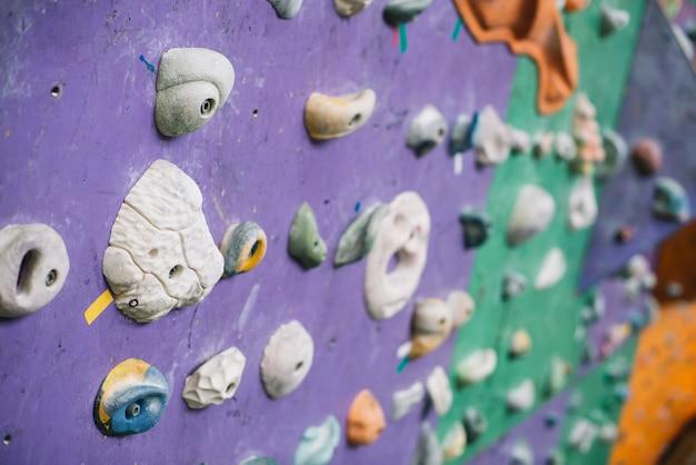 Close-up apertos na parede de escalada