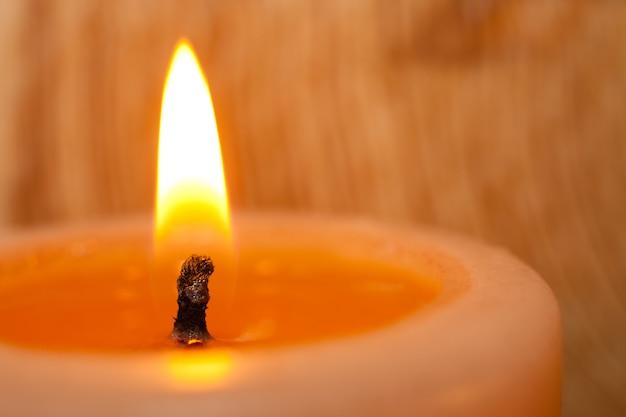 Close up ardente da vela na luz.