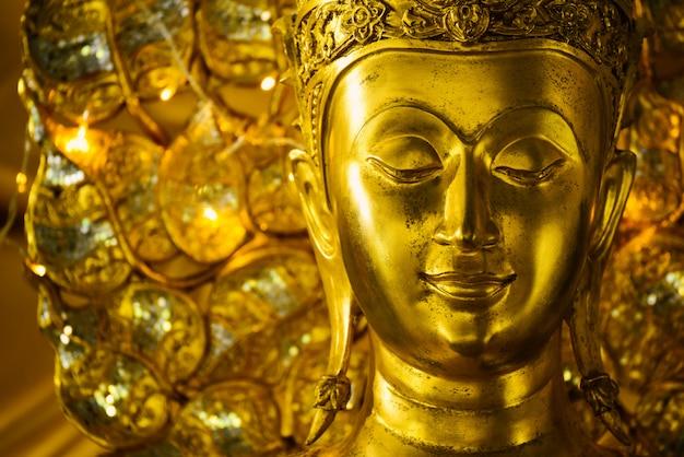 Close up as estátuas de buda são respeitadas na tailândia.