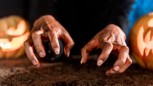 Close-up assustador mãos conceito halloween