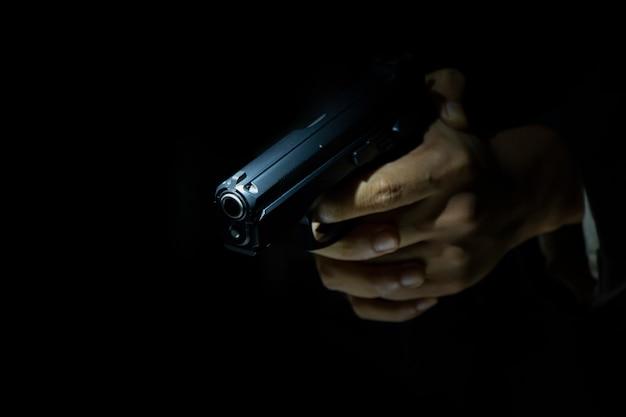 Close-up atirador em fundo escuro
