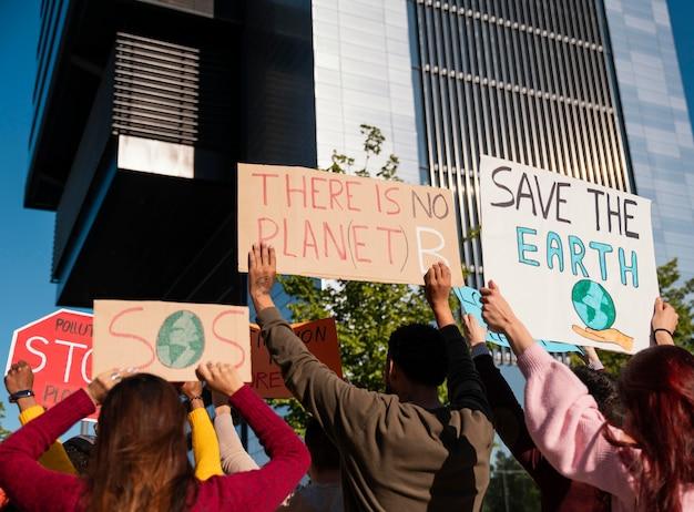 Close-up ativistas protestando ao ar livre