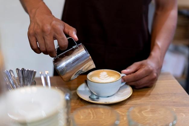 Close-up barista preparando café