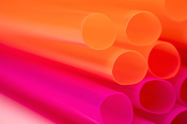 Close-up, bebendo canudos de plástico na mesa