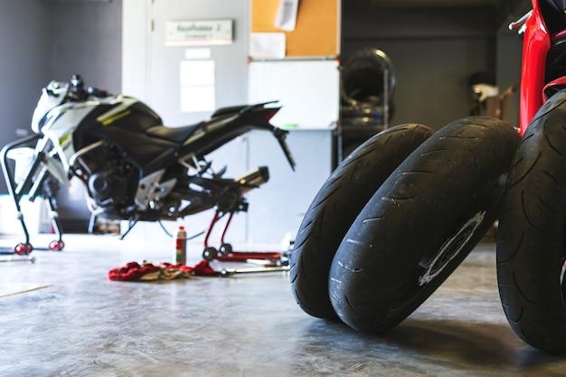 Close-up bigbike de pneu de motocicleta na garagem