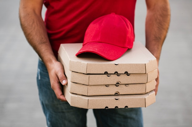 Close-up, boné vermelho, ligado, pizza boxeia
