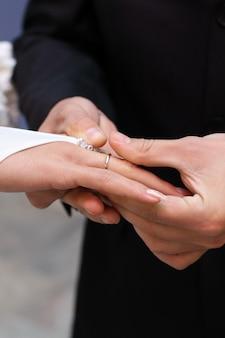 Close up bonito da mão da aliança de casamento dourada. anel de noivado.