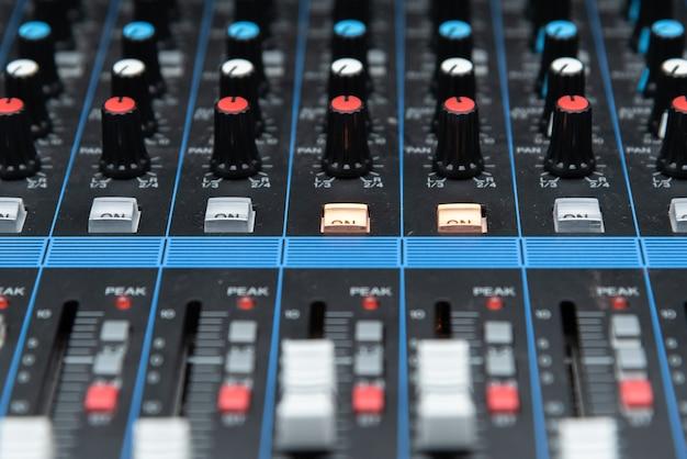 Close-up botão detalhe do painel de controle do mixer de som