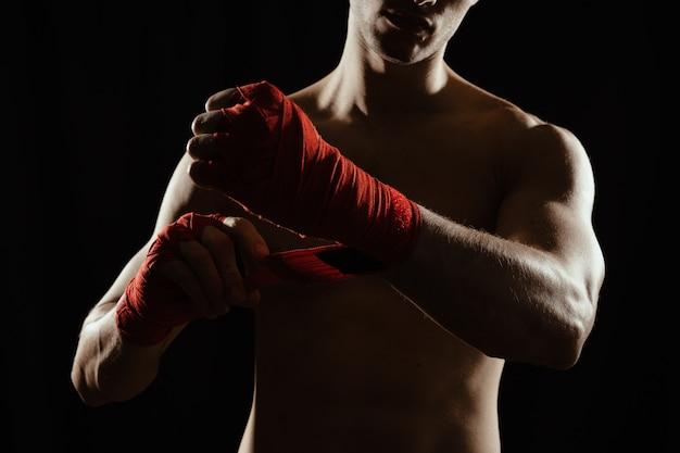 Close-up boxer bandagem mãos