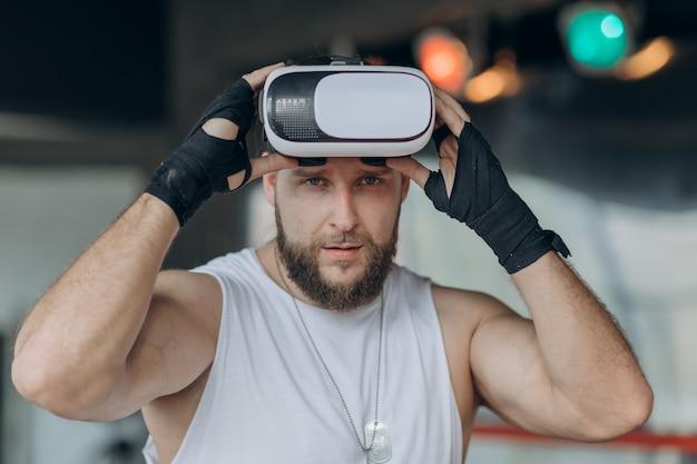 Close-up boxer em socos de treinamento de fone de ouvido vr 360 na luta de realidade virtual