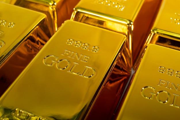 Close up brilhante de uma barra de ouro de 1 kg em fundo branco