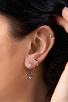 Close-up brinco de veado na orelha da mulher.