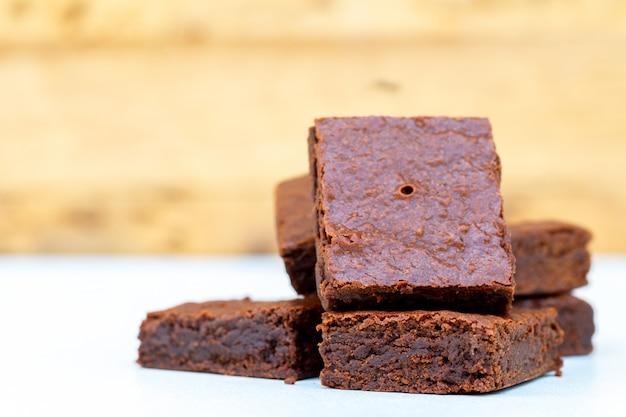 Close-up brownies de chocolate caseiros com espaço de cópia