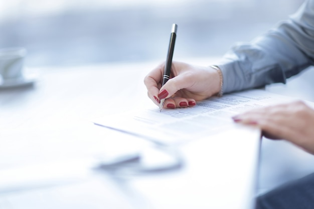 Close up.business mulher assinando um contrato lucrativo. foto com espaço de cópia