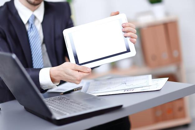 Close up.businessman mostrando tablet com tela em branco
