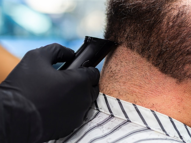 Close-up, cabeleireiro, aparando, cabelo