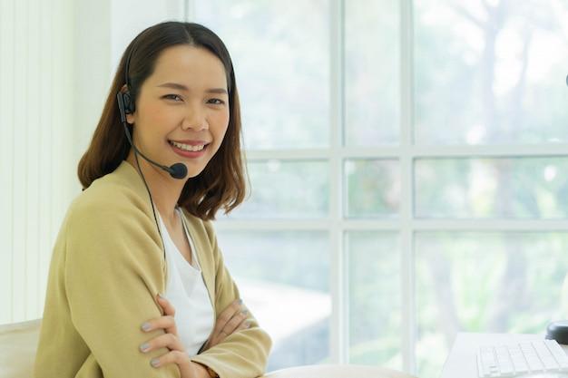 Close-up, call center, empregado, mulher, desgaste, headset, dispositivo, sente-se, lar, escritório, para, quarentena, conceito