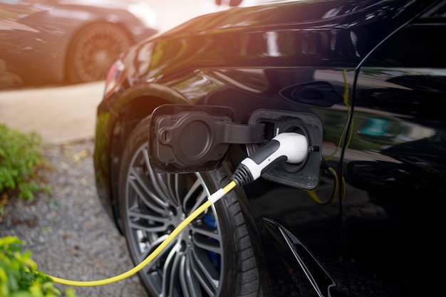 Close-up carro moderno é reabastecer combustível elétrico