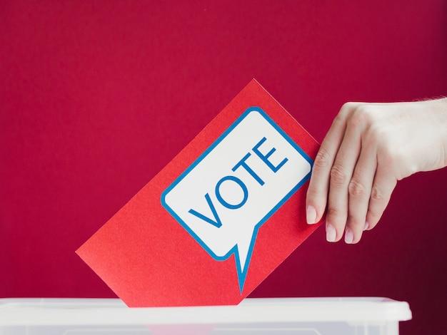 Close-up cartão vermelho com bolha do discurso de votação