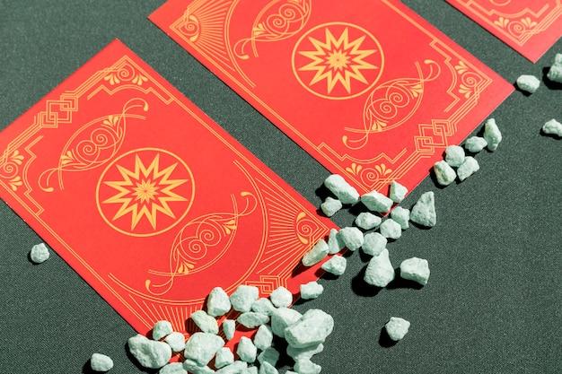 Close-up cartas de tarô vermelhas na mesa