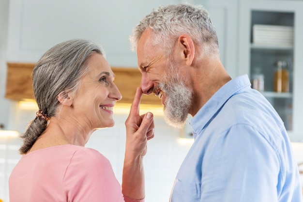 Close-up casal de idosos feliz