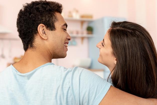 Close-up casal feliz olhando um ao outro