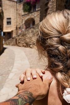 Close-up casal fofo de mãos dadas