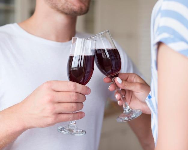 Close-up casal segurando copos de vinho