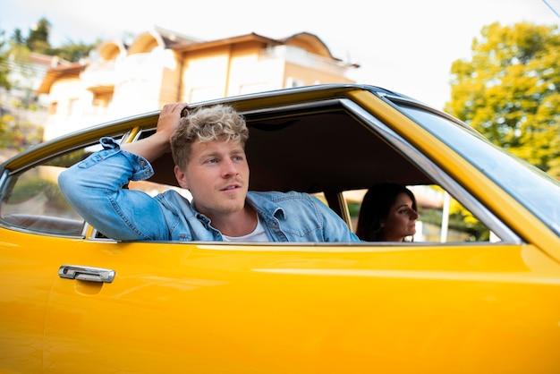 Close-up casal viajando de carro