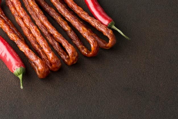 Close-up chili peppers com salsichas de porco