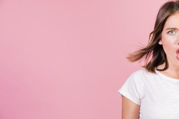 Close-up chocado menina com espaço de cópia